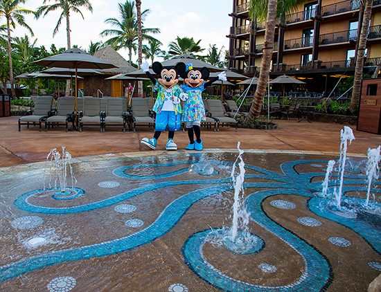 mickey and minnie at aulani splash pad