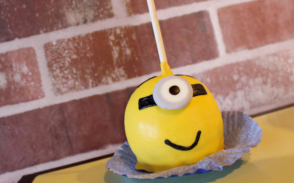 despicable-me-minion-candy-apple-at-universal-orlando