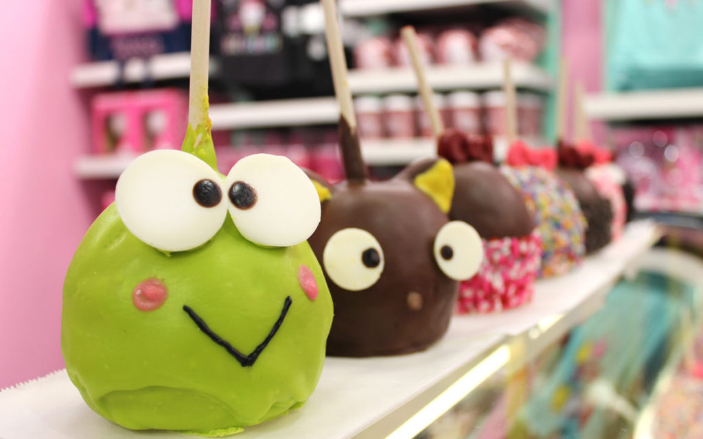 hello-kitty-candy-apples-at-universal-orlando-resort-1170x731